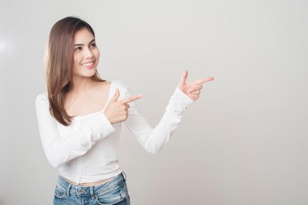 白い背景の上の美しい女性の肖像画 Premium写真