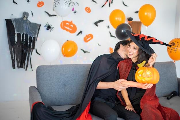 Счастливая пара любви в костюмах и гриме на праздновании хэллоуина Premium Фотографии