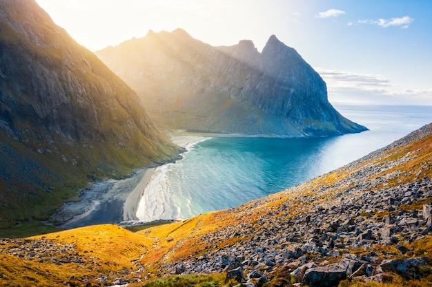 Прекрасный вид на пляж квалвика на закате на лофотенских островах, норвегия Premium Фотографии