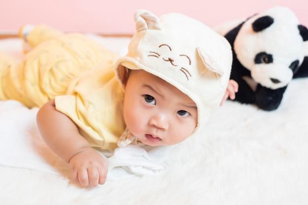 Счастливый новорожденный милый ребенок Premium Фотографии