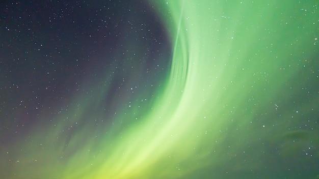 Красочное северное сияние в небе Premium Фотографии