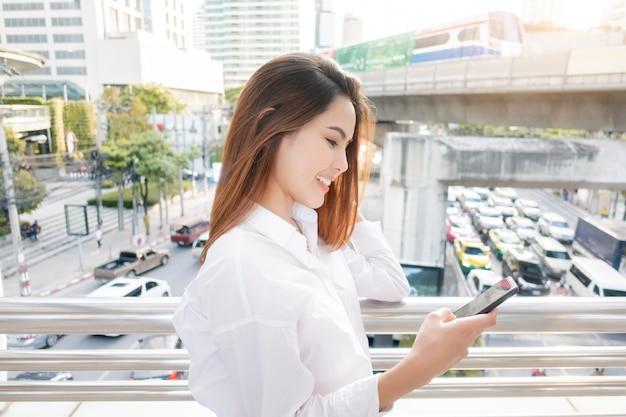 Красивая деловая женщина на улице города открытый Premium Фотографии