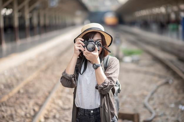 Молодая азиатская женщина путешествует наслаждается красивым местом в бангкоке Premium Фотографии