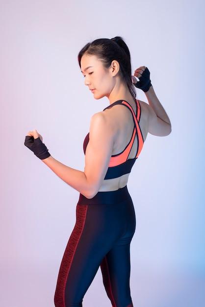 Красивая азиатская женщина фитнеса Premium Фотографии