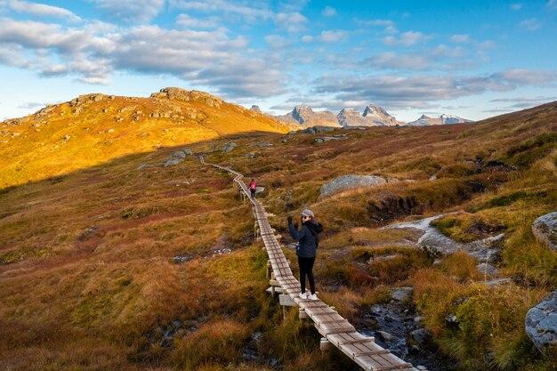 人々は美しい山でトレッキング Premium写真