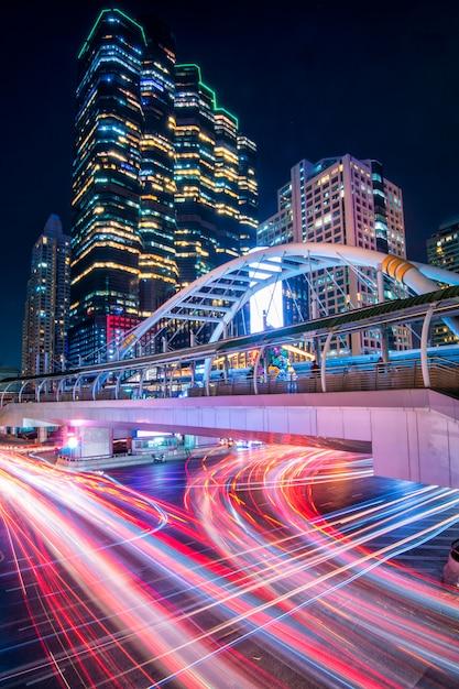 夜のバンコクの美しい街並み、トラフィックの長時間露光画像。 Premium写真