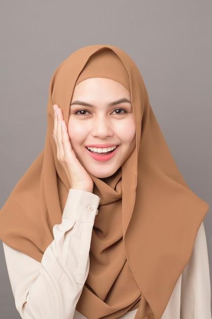 Портрет красивой женщины с хиджабом улыбается Premium Фотографии