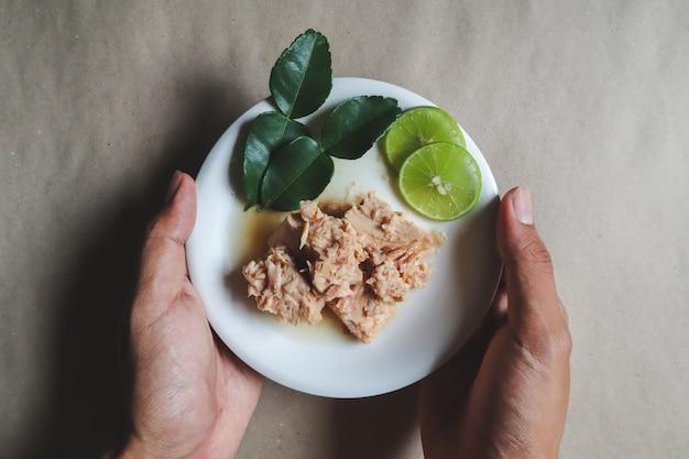 Консервированный тунец, салат из тунца, консервы, готовые блюда Premium Фотографии