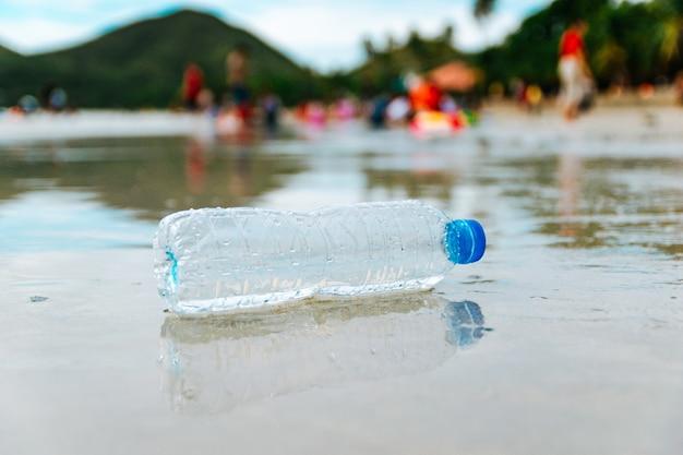 ビーチでのペットボトルのごみ Premium写真