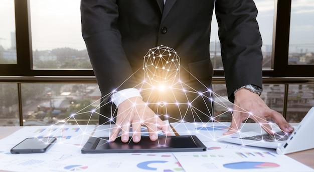 技術と机の上の実業家 Premium写真