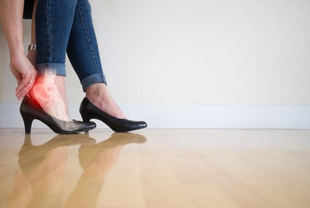 ハイヒールを履いた女性骨の足の足首の炎症 Premium写真
