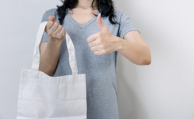 Использование тканевых пакетов вместо пластиковых для хорошей окружающей среды Premium Фотографии