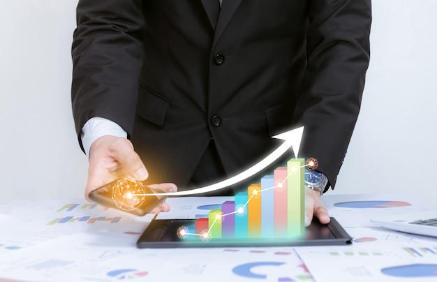 ビジネスは、成功と成長している計画の概念に企業の技術開発ポインティンググラフでグラフを分析します Premium写真