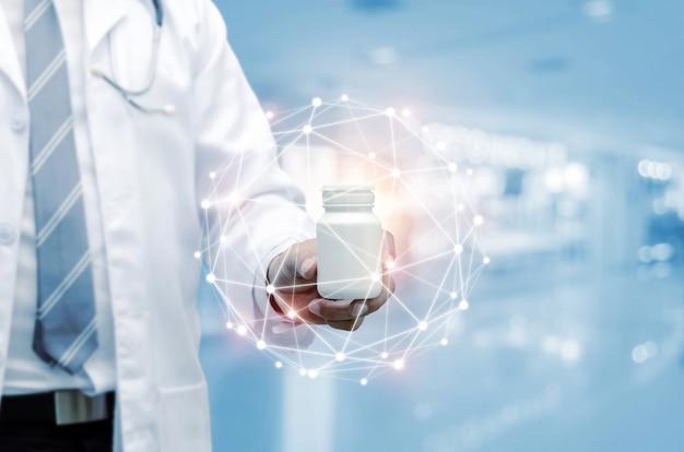 白い薬瓶を持っている聴診器手で薬剤師医師 Premium写真