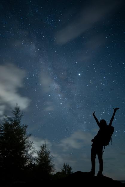 夜空の星と天の川銀河の宇宙空間ショットを表示します。 Premium写真