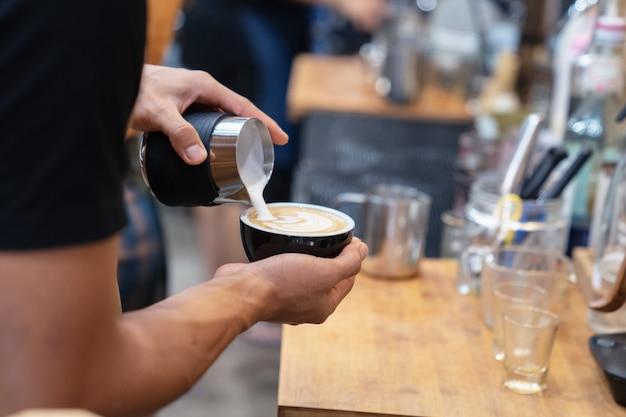 バリスタはホットコーヒーを作る Premium写真