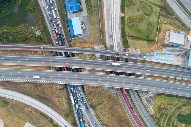 空撮インターチェンジ高速道路と交通渋滞 Premium写真