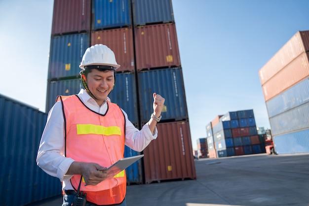 港での物流技術者による制御、トラックの輸出用コンテナの積み込みおよび物流のインポート Premium写真