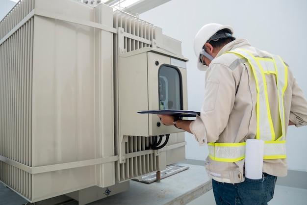 工事現場の電力エンジニアチェック用変圧器 Premium写真
