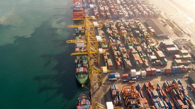 空撮または貨物船、倉庫港の貨物コンテナーのトップビュー Premium写真