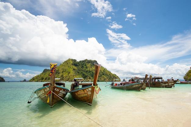美しいビーチ、タイでロングテールボート Premium写真