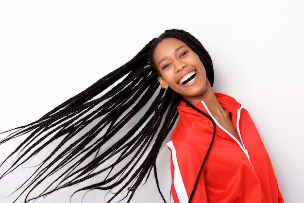 白い背景に赤いジャケットと長い編組の髪で陽気な若い女の子を閉じます Premium写真