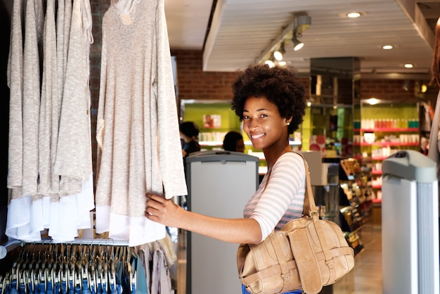 Улыбка женщины покупки в магазине одежды Premium Фотографии