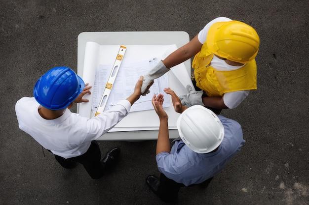 契約を結んでいるエンジニアチームのトップビュー Premium写真