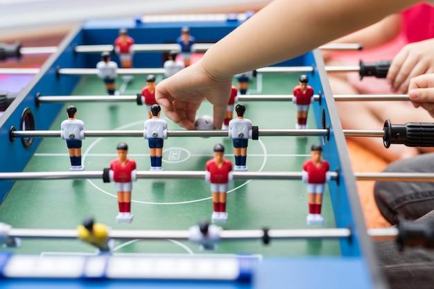 テーブルの上で遊ぶサッカーサッカーゲーム Premium写真