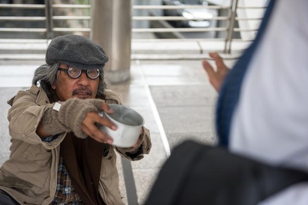 ホームレスの老人はお金を頼むが拒否する Premium写真