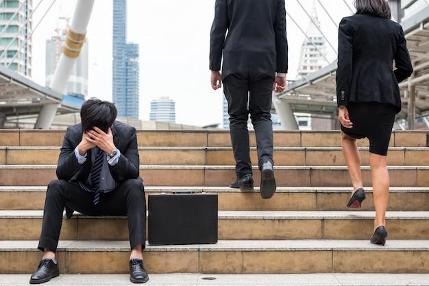 Неудачный бизнесмен грустит в городе Premium Фотографии
