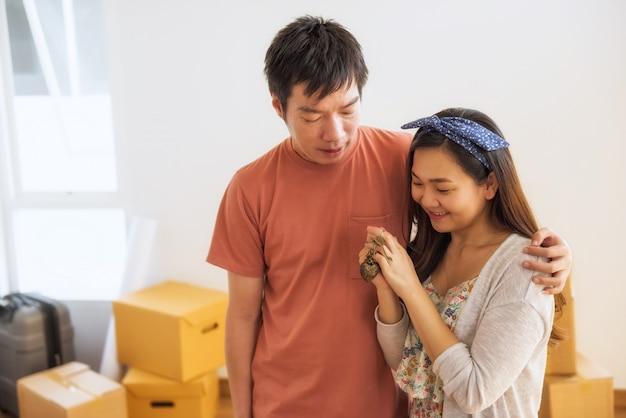 Счастливая пара держит ключ в новом доме Premium Фотографии