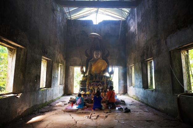 Статуя будды в ват сомдей, сангхлабури Premium Фотографии