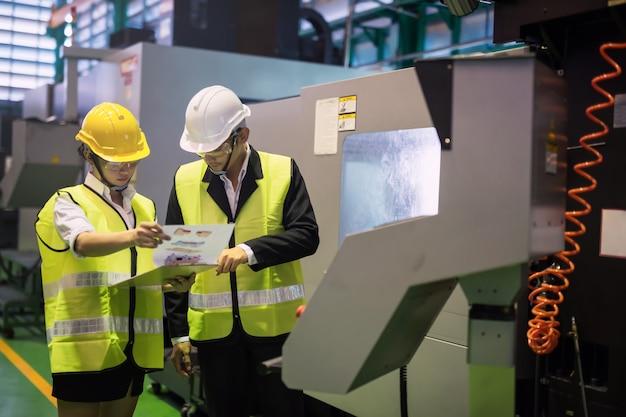 Фабричный инспектор и менеджер проверяют модель продукта Premium Фотографии