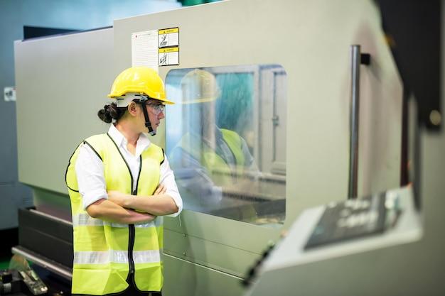 労働者は工場の機械生産をチェックします Premium写真