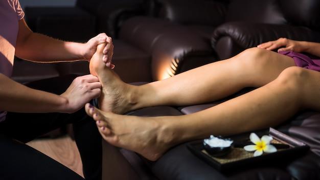 スパのソファーでタイの足裏マッサージ Premium写真