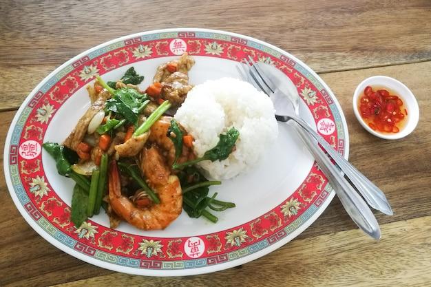 エビと豚肉は米と一緒に黄色のカレーを炒める。おいしいタイ料理 Premium写真