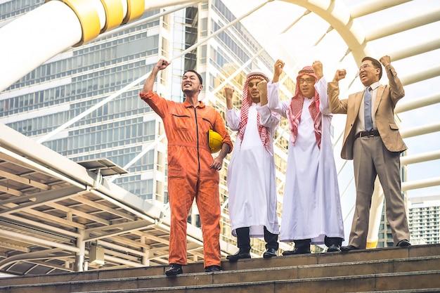Четыре инженер-строитель работает на строительной площадке Premium Фотографии