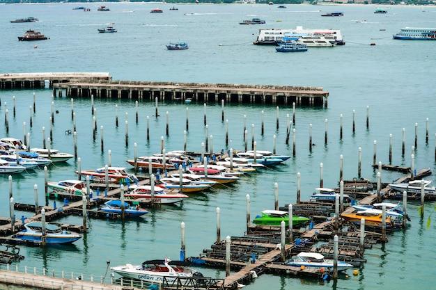 パタヤ市と桟橋港とバリハイ桟橋で駐車場 Premium写真
