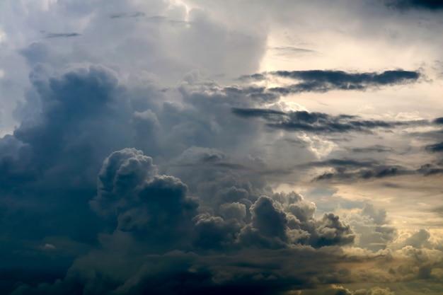 灰色の空暗い雲の中の嵐シルエット雲太陽光線 Premium写真