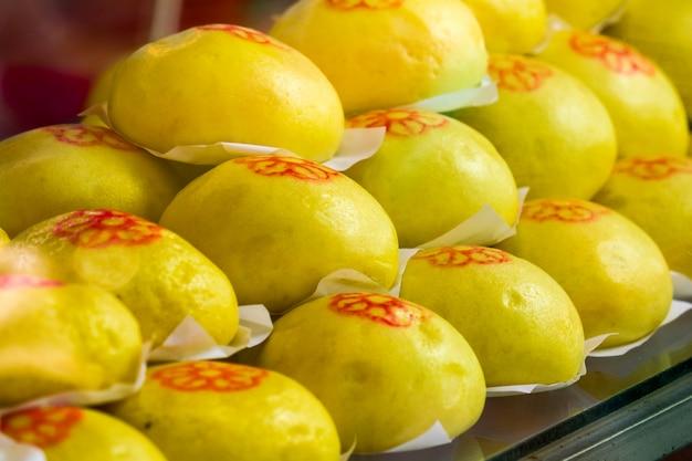 Желтые булочки горячие в духовке Premium Фотографии