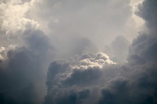 Буря силуэт куча облаков солнечного луча в сером небе темное облако Premium Фотографии
