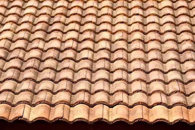 農村の家の古代の上屋根瓦パターン Premium写真