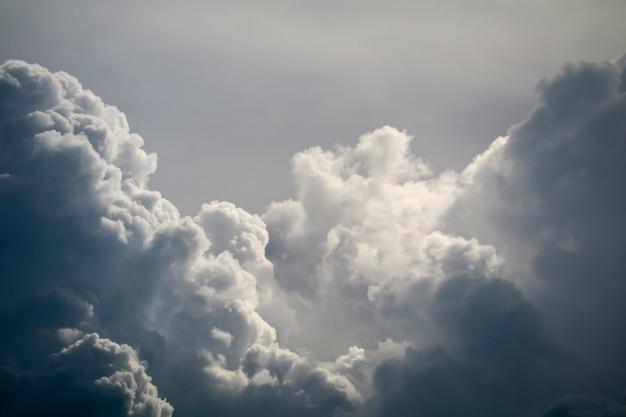嵐のシルエットのヒープ雲太陽光線灰色のスカイスケープ暗い雲 Premium写真