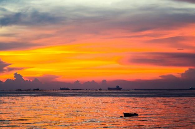 Красочное пламя заката лодка закат на море и небо Premium Фотографии
