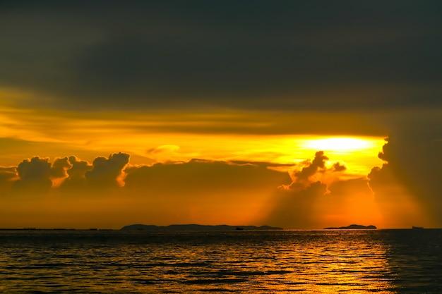 Красочный закат луч на облаке Premium Фотографии