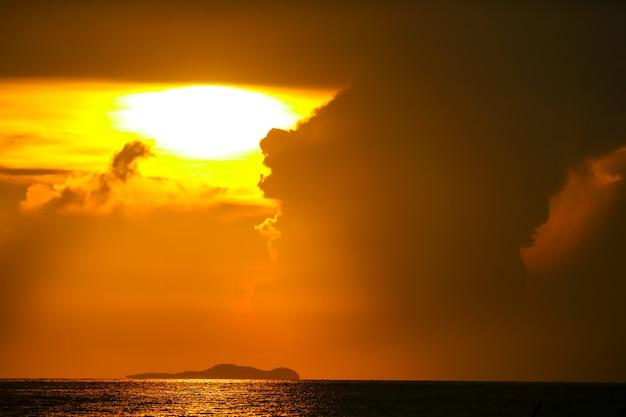 Восход солнца на силуэте облака неба рыбацкой лодке и на море остров Premium Фотографии