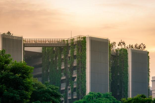 Экологичное здание с вертикальным садом в современном городе Premium Фотографии