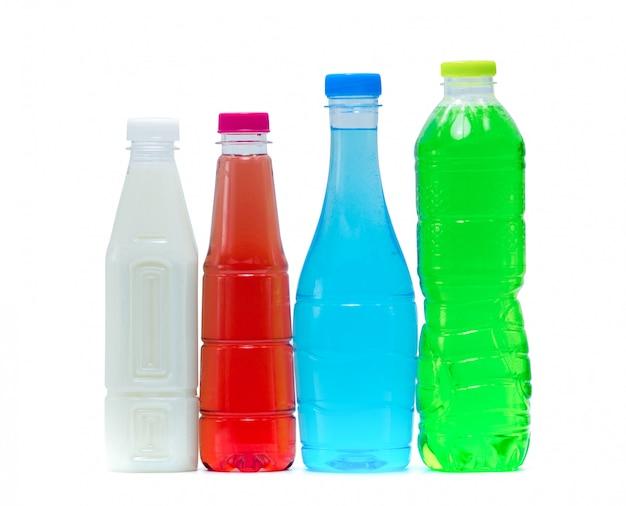 プラスチックボトルと空白のラベルと白い背景のモダンなパッケージデザインのキャップでソフトドリンクと豆乳。白、オレンジ、青、緑の飲料ボトル。健康ドリンクと炭酸飲料 Premium写真