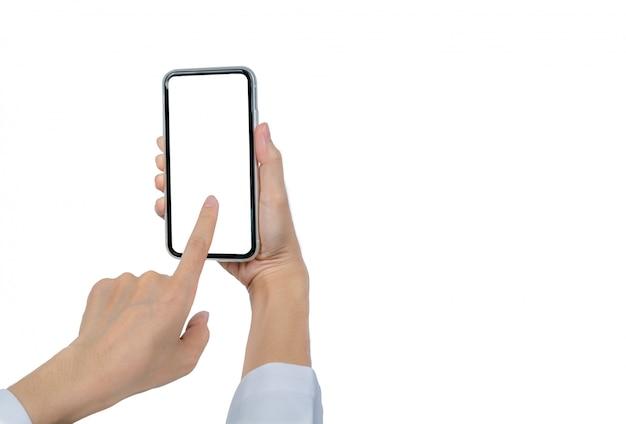 女性の手を保持し、スマートフォンを使用して。空白の画面を持つスマートフォンに触れるクローズアップ手は、空白の画面を持つ携帯電話を分離しました。 Premium写真